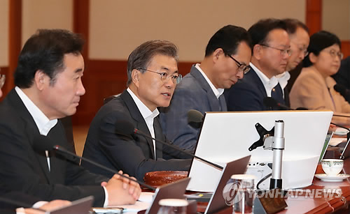 閣議で発言する文大統領(左から2人目)=8日、ソウル(聯合ニュース)