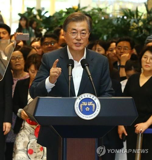 健康保険保障強化策を発表する文大統領=9日、ソウル(聯合ニュース)