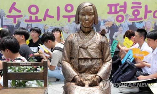 ソウルの日本大使館前に設置されている少女像(資料写真)=(聯合ニュース)
