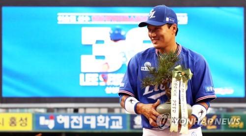 引退ツアーイベントを行う李選手=11日、ソウル(聯合ニュース)