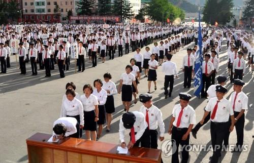 入隊や再入隊の嘆願書を書く北朝鮮の若者たち=(朝鮮中央通信=聯合ニュース)