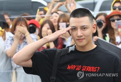 入隊前にファンの前で敬礼するチ・チャンウクさん=14日、鉄原(聯合ニュース)
