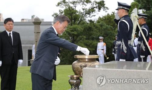 金九の墓を参拝する文大統領=15日、ソウル(聯合ニュース)