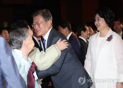 慰安婦被害者の李容洙さんとあいさつする文大統領(中央)=15日、ソウル(聯合ニュース)
