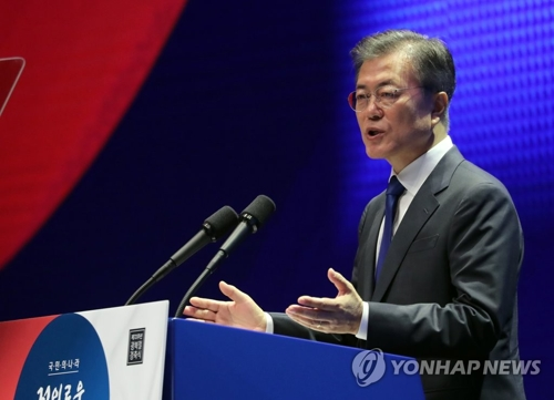 光復節の記念式典で演説する文大統領=15日、ソウル(聯合ニュース)