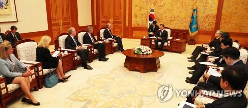米上下院の議員らと会談する文大統領(中央)=21日、ソウル(聯合ニュース)