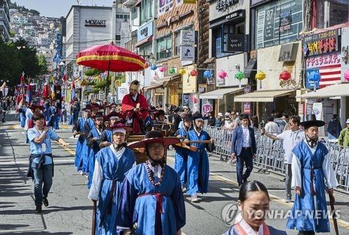 釜山で行われた朝鮮通信使の行列再現行事(資料写真)=(聯合ニュース)