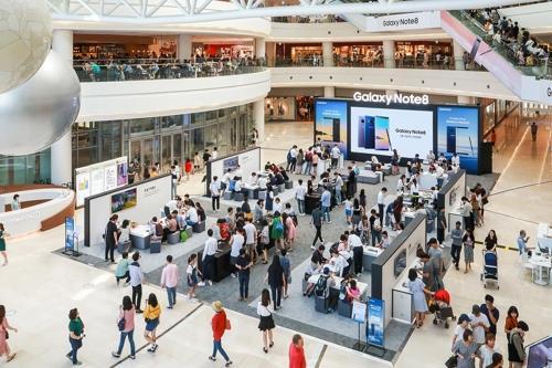 ソウルの複合ショッピングモール「タイムズスクエア」に設置された「ギャラクシースタジオ」(サムスン電子提供)=(聯合ニュース)
