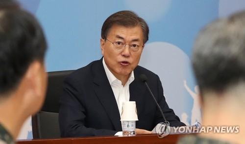 政府ソウル庁舎で国防部の業務報告を受ける文大統領=28日、ソウル(聯合ニュース)