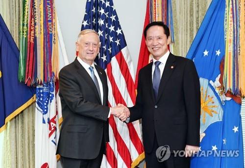 握手を交わす宋氏(右)とマティス氏(国防部提供)=30日、ワシントン(聯合ニュース)
