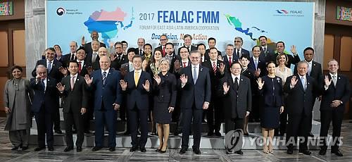 開幕式で記念撮影する各国の代表団=31日、釜山(聯合ニュース)