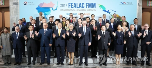 FEALAC会合の出席者らによる記念撮影=31日、釜山(聯合ニュース)