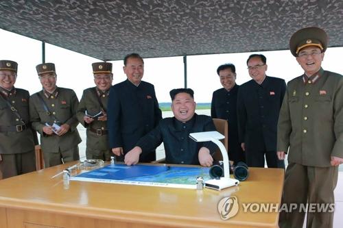 8月29日、中距離弾道ミサイル「火星12」の発射訓練を指導する金委員長=(朝鮮中央通信=聯合ニュース)