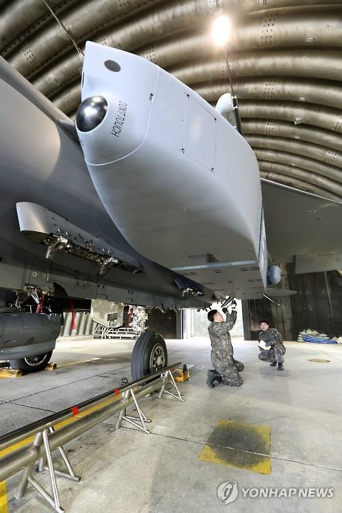 F15K戦闘機に装着された長距離空対地ミサイル「タウルス」(資料写真)=(聯合ニュース)