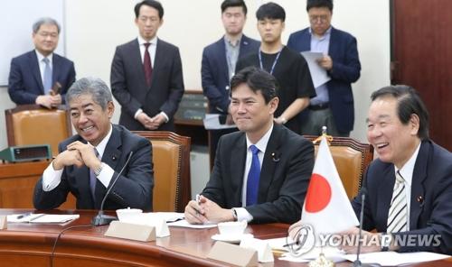 国会情報委を訪れた額賀氏(右端)ら=7日、ソウル(聯合ニュース)