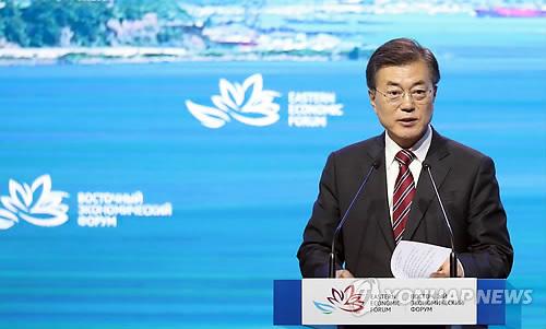 ロシアで開催された「東方経済フォーラム」で新北方政策について説明する文大統領=7日、ウラジオストク(聯合ニュース)