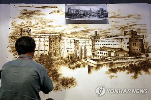 2015年の工芸ビエンナーレで展示された「旧清州タバコ製造工場」が描かれた作品=(聯合ニュース)