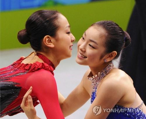キム・ヨナさんと浅田真央さんが互いの健闘をたたえ合う姿を捉えた共同通信の写真=(聯合ニュース)