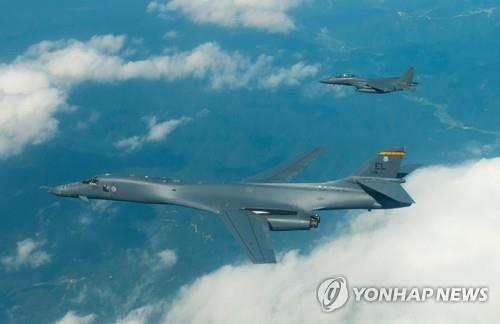 北朝鮮の「火星12」発射に対抗し、米軍は先月31日に戦略爆撃機B1Bと最新鋭ステルス戦闘機F35Bを朝鮮半島上空に展開した(米太平洋軍司令部提供)=(聯合ニュース)
