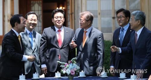 5月19日、青瓦台で与野党5党の院内代表との会合を開いた文大統領(右から3人目)=(聯合ニュース)