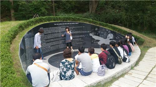 慰安婦被害者を追悼する公園を訪れた日本の学生たち(ソウル市提供)=(聯合ニュース)