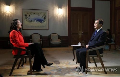 青瓦台でCNNのインタビューを受ける文在寅大統領(右、青瓦台提供)=14日、ソウル(聯合ニュース)