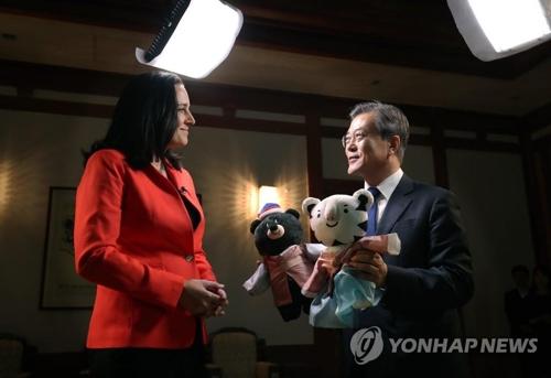 CNNのインタビューを終え、平昌冬季五輪のマスコットをプレゼントする文大統領(青瓦台提供)=14日、ソウル(聯合ニュース)