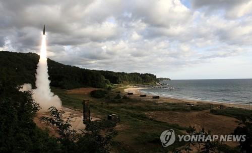 北朝鮮のミサイルに対抗して韓国軍が発射した玄武2(陸軍提供)=15日、ソウル(聯合ニュース)