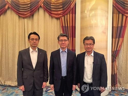 7月11日、シンガポールで会合を行った(左から)金杉氏、金氏、ユン氏(外交部提供)=(聯合ニュース)