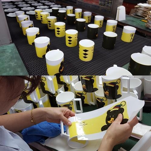 韓国陶磁器の清州の工場ではマスコットをあしらったマグカップの生産がピークを迎えている(同社提供)=(聯合ニュース)