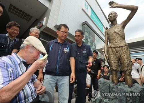 8月12日、ソウル・竜山駅の広場で徴用工像の除幕式が開かれた=(聯合ニュース)