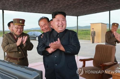 「火星12」の発射成功を喜ぶ金委員長=16日、ソウル(朝鮮中央通信=聯合ニュース)