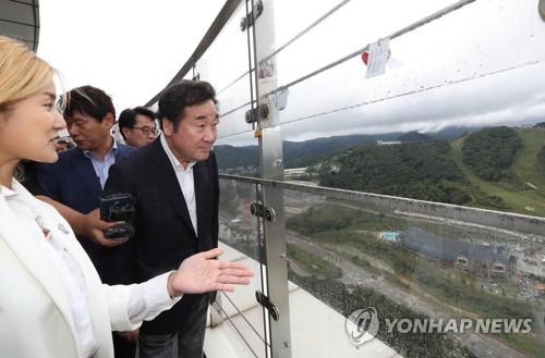 平昌五輪のスキージャンプ台を視察する李首相=16日、平昌(聯合ニュース)