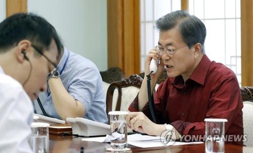 トランプ氏と電話会談を行う文大統領(青瓦台提供)=17日、ソウル(聯合ニュース)