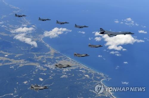 訓練を行うF35BやB1B、F15K(海軍提供)=18日、ソウル(聯合ニュース)