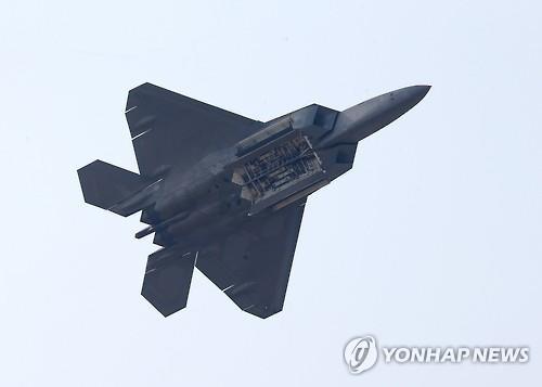 2015年のADEXで展示飛行するF22(資料写真)=(聯合ニュース)
