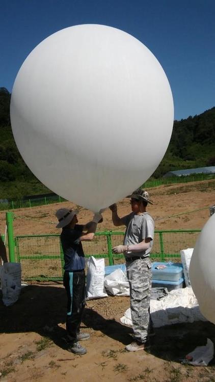 北朝鮮に風船を飛ばそうとする「ノーチェーン」関係者(ノーチェーン提供)=(聯合ニュース)