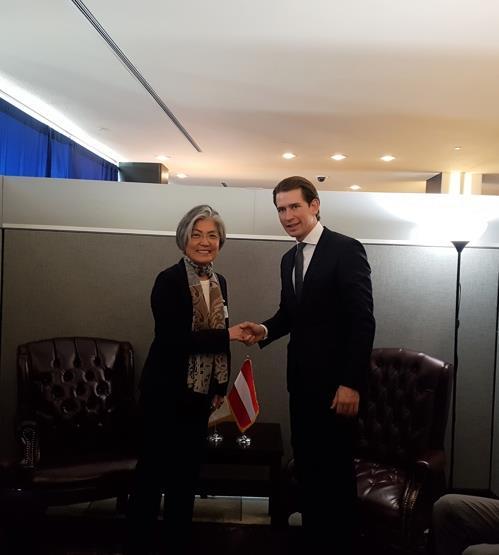 握手する康長官(左)とクルツ外相(外交部提供)=21日、ソウル(聯合ニュース)