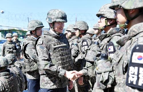 兵士と握手する宋長官(国防部提供)=21日、ソウル(聯合ニュース)