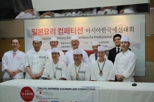 韓国予選の出場者や審査委員ら。前列中央が優勝したユさん=23日、ソウル(聯合ニュース)