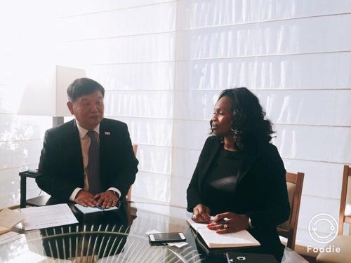 フレセル・スポーツ相(右)と面会する韓国文化体育観光部の次官(同部提供)=24日、ソウル(聯合ニュース)