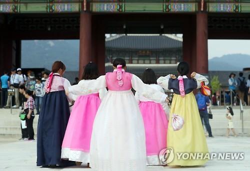 韓服を着て古宮を訪れた入場客(資料写真)=(聯合ニュース)