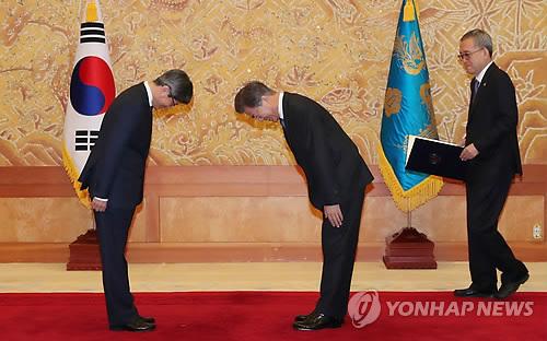 あいさつする文大統領(右)と金大法院長=25日、ソウル(聯合ニュース)
