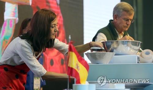 スペインの家庭料理を紹介する駐韓スペイン大使夫妻=23日、南楊州(聯合ニュース)