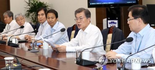 首席秘書官・補佐官会議で発言する文大統領=25日、ソウル(聯合ニュース)