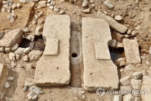 東宮跡で見つかった便器=26日、慶州(聯合ニュース)