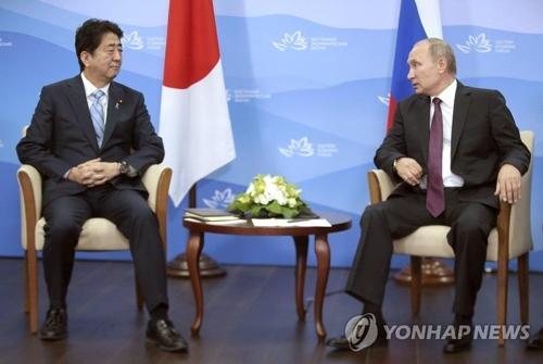 安倍首相(左)とプーチン大統領=(聯合ニュース)
