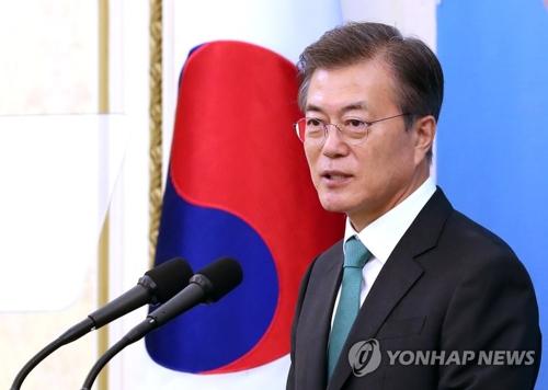 懇談会で発言する文大統領=27日、ソウル(聯合ニュース)