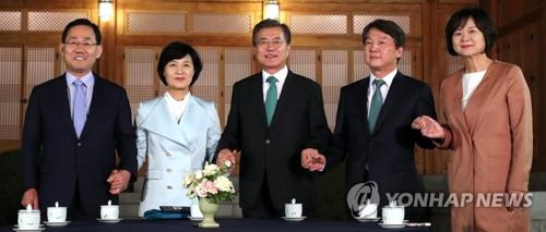 文大統領(中央)と与野4党の代表=27日、ソウル(聯合ニュース)
