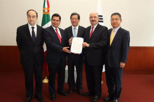 韓国政府からの書簡を手渡す全大使(中央、メキシコ外務省提供)=(聯合ニュース)
